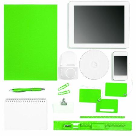 Photo pour Ensemble d'outils de bureau de couleur verte sur fond blanc. Objets d'identité d'entreprise - image libre de droit