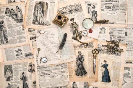 Photo pour Accessoires de bureau anciens, outils d'écriture, magazine de mode vintage pour la femme à partir de 1898. image tonique de style rétro - image libre de droit