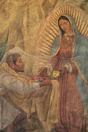 Photo pour Belle peinture de la Vierge Marie donnant des roses à juan diego, sur le mur de chapel sur la colline de tepeyac - image libre de droit