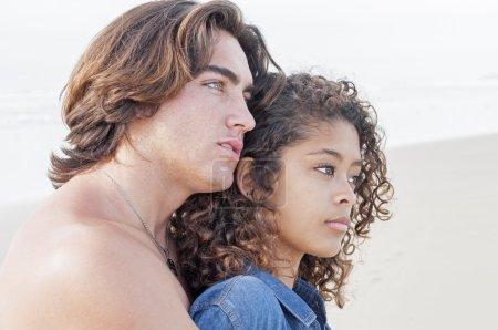 jeune couple ensemble à la plage