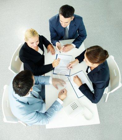Photo pour Vue ci-dessus des partenaires ayant réussi à interagir lors de la réunion - image libre de droit