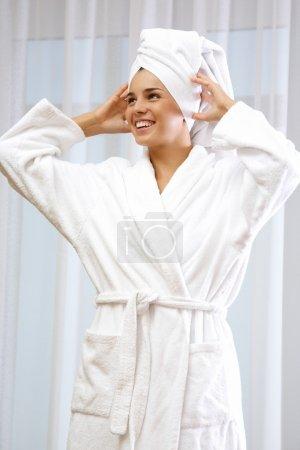 Photo pour Portrait de jolie femme en peignoir blanc avec serviette sur la tête - image libre de droit
