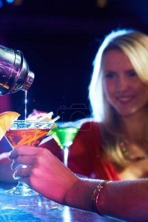 Photo pour Image verticale d'un cocktail féminin en verre de martini - image libre de droit