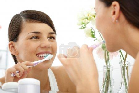 Polishing teeth