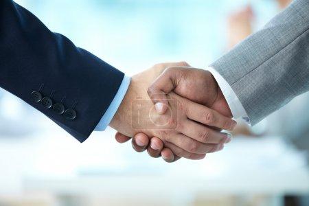 Photo pour Gros plan sur la poignée de main des partenaires commerciaux - image libre de droit