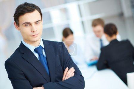 Photo pour Portrait de jeune homme d'affaires regardant la caméra dans un environnement de travail - image libre de droit