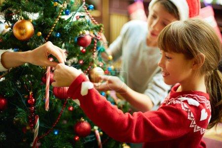 Photo pour Portrait de fille heureuse décoration arbre de Noël - image libre de droit