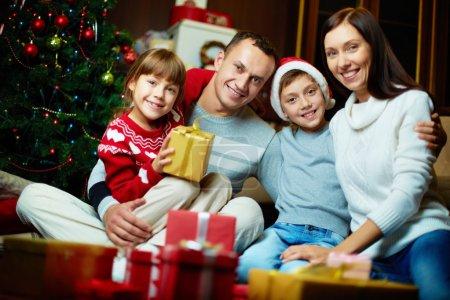 Photo pour Portrait de famille amicale regardant la caméra le soir de Noël - image libre de droit