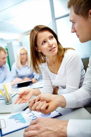 Photo pour Verticale de l'image de partenaires commerciaux, examen du document avec leurs collègues travaillant sur fond - image libre de droit