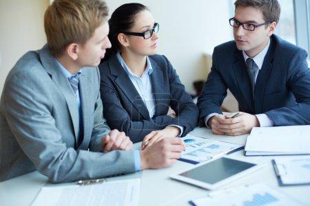 Photo pour Image de trois négociations commerciales à la réunion - image libre de droit