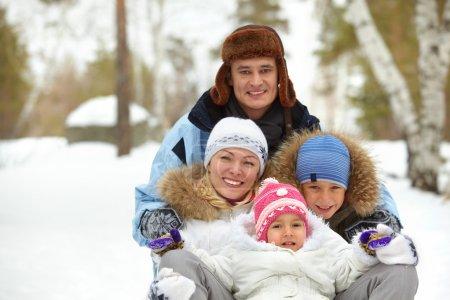 Photo pour Enfants heureux et leurs parents s'amuser dans le parc - image libre de droit