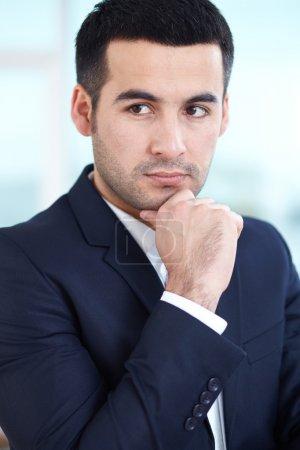 Photo pour Portrait d'homme d'affaires élégant posant devant la caméra - image libre de droit