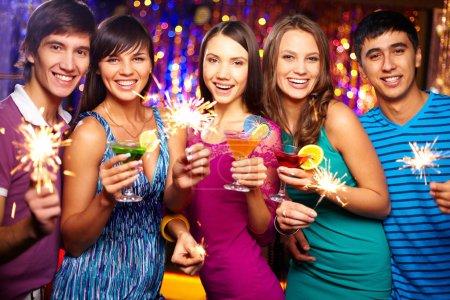 Photo pour Portrait de joyeux amis grillage à la fête du nouvel an - image libre de droit