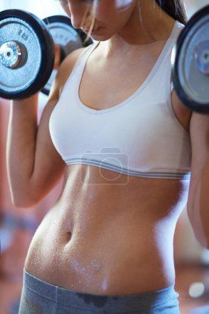 Photo pour Image de forme féminine exercice avec haltères - image libre de droit