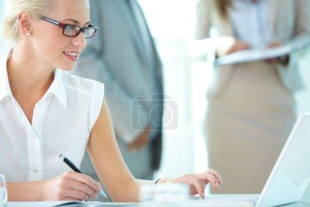 Foto de Retrato del Secretario ocupado escribiendo en ambiente de trabajo - Imagen libre de derechos