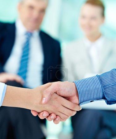 Photo pour Photo de la poignée de main de leurs partenaires commerciaux après avoir heurté le deal - image libre de droit