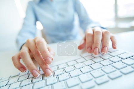 Photo pour Occupé Secrétaire, saisie de données à l'ordinateur de bureau - image libre de droit
