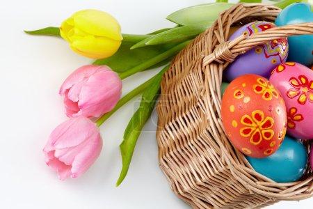 Photo pour Composition du bouquet de tulipes avec panier d'œufs de Pâques à proximité - image libre de droit