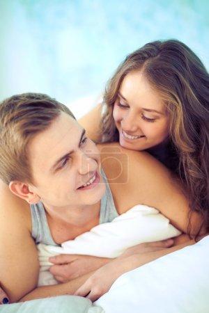 Photo pour Portrait de jeunes amoureux se regardant avec des sourires - image libre de droit