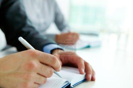 Foto de Imagen de mano masculina con lápiz cuaderno abierto en seminario - Imagen libre de derechos