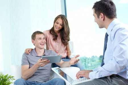Photo pour Jeune famille bénéficiant d'une approche moderne à la planification financière - image libre de droit