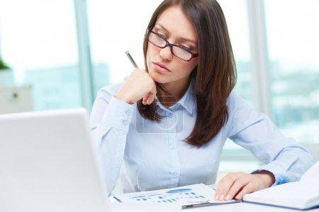 Photo pour Image d'une femme d'affaires étant occupé à travailler - image libre de droit