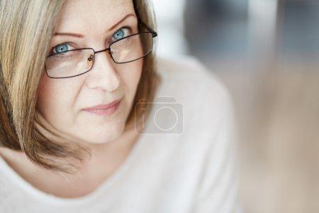 Photo pour Femme mûre en lunettes regardant la caméra - image libre de droit