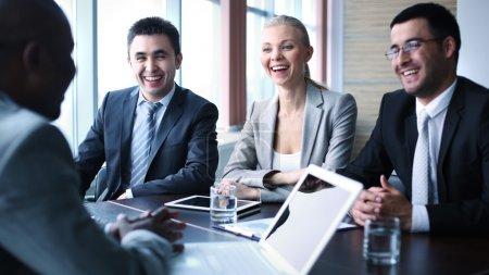 Photo pour Image de gens d'affaires interagissant à séance - image libre de droit
