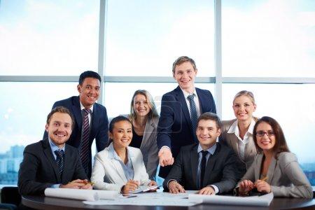 Foto de Grupo de socios comerciales mirando a la cámara con sonrisas en la oficina - Imagen libre de derechos