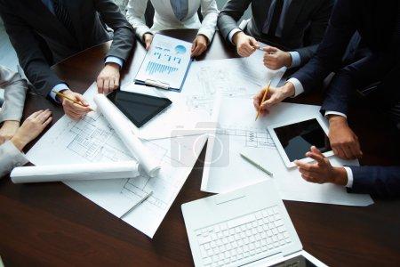 Photo pour Image des mains humaines pendant la paperasserie à la réunion - image libre de droit