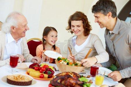 Photo pour Portrait de famille heureuse assise à une table festive pendant le dîner de Thanksgiving - image libre de droit