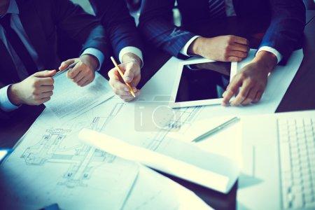Photo pour Image des mains humaines lors de la discussion lors de la réunion - image libre de droit