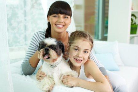 Mutter, Tochter und Haustier