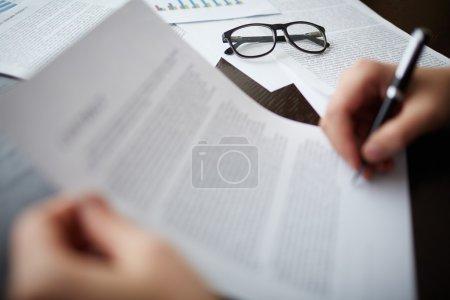 Photo pour Image d'objets métier à main d'homme d'affaires signature contrat près de - image libre de droit