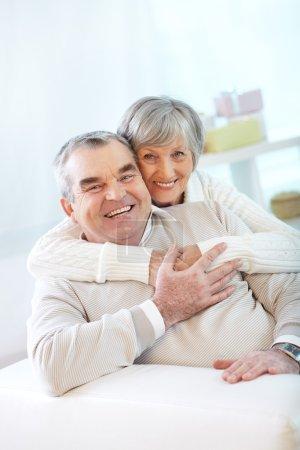 Photo pour Portrait d'un heureux couple de personnes âgées regardant la caméra - image libre de droit