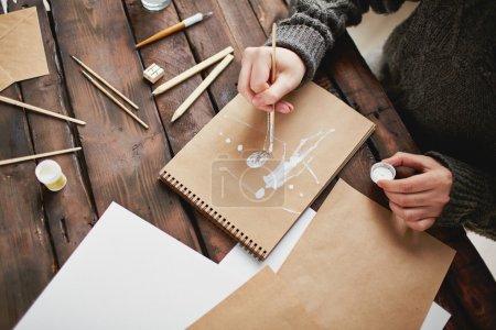 Photo pour Gros plan de mains de jeunes hommes dessinant - image libre de droit
