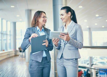 Photo pour Image de femmes d'affaires confiants interagissant à séance - image libre de droit