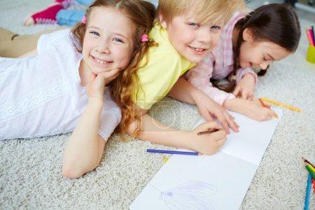 Mädchen und Jungen zeichnen