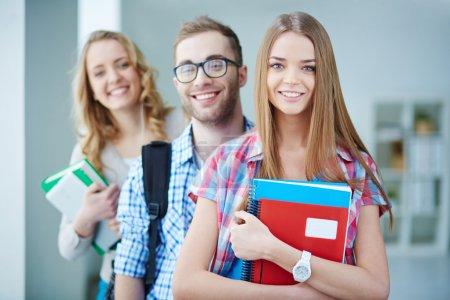 Photo pour Portrait d'adolescente mignonne avec ses amis derrière - image libre de droit