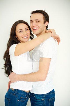 Foto de Retrato de mujer joven amorosa y hombre en ropa casual abrazando - Imagen libre de derechos