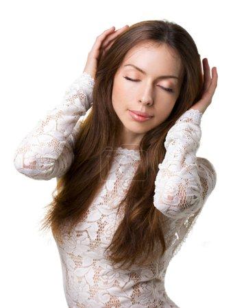 Photo pour Portrait d'élégance jeune femme aux yeux fermés isolé sur blanc - image libre de droit