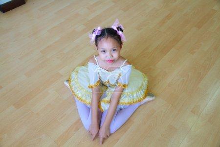 Photo pour Asiatique enfant fille porter un ballet dans ballet salle . - image libre de droit