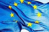 Vlajka Evropské unie proti obloze