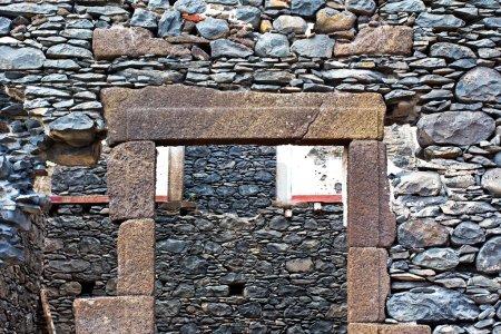 Photo pour Le mur des ruines d'une vieille maison - image libre de droit