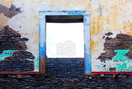 Photo pour Vieux mur des ruines d'une maison - image libre de droit