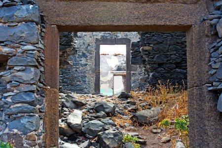 Photo pour Les murs des ruines d'une maison - image libre de droit