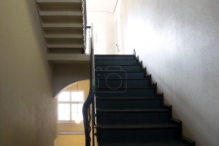Photo pour Escaliers intérieurs et les lumières de l'étage - image libre de droit