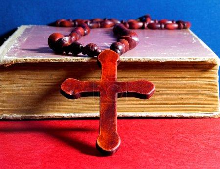 Photo pour Croix chrétienne sur le livre - image libre de droit