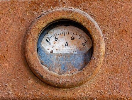 Photo pour Ancien compteur sur la surface en fer rouillé - image libre de droit