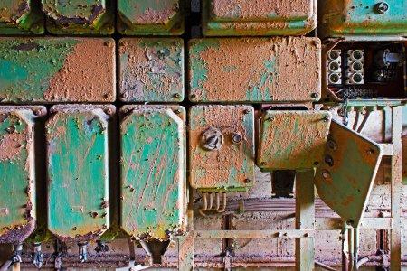 Photo pour Panneau électrique vieux et sale sur un mur - image libre de droit